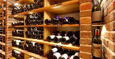 Jedes Fach der Weinkeller - Einrichtung ist beleuchtet.