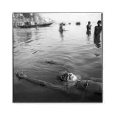 Floating Guru,Ganges River, Benares, India, 1989, photo by Mary Ellen Mark - Mary Ellen Mark 55
