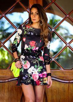 vestido curto com babado na barra e estampa floral