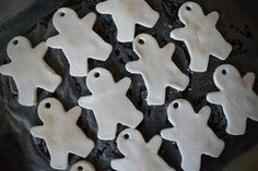 Learn how to make Christmas ornaments using little more than cornflour and baking soda l DIY Christmas Clay Ornament l DIY Dough Ornament l STYLE CURATOR