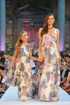 Monnalisa Mommy & Me Spring Summer 2018 Fashion Show Mother Daughter Matching Outfits, Mother Daughter Fashion, Mommy And Me Outfits, Mom Daughter, Kids Outfits, Little Girl Dresses, Girls Dresses, Kids Fashion, Fashion Show