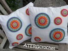 Set of two covers with 'multicolored crochet circles'. via Etsy. Crochet Circles, Crochet Blocks, Crochet Mandala, Crochet Motif, Crochet Doilies, Afghan Patterns, Knitting Patterns, Crochet Cushion Cover, Bricolage