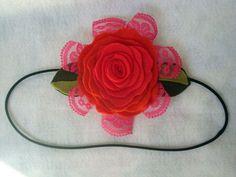 Tiara de elástico com rosa de feltro e renda