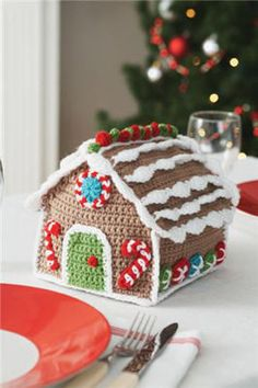 Free crochet pattern: Gingerbread house. I'm dying over the cuteness of this!