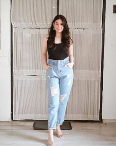Uni Outfits, Denim Skirt Outfits, Casual Dresses, Casual Outfits, Fashion Dresses, Best Jeans, Mom Jeans, Wedding Sari, Photography Poses Women