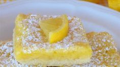 These Classic Lemon Bars feature an easy homemade shortbread crust with a sweet and tangy lemon filling.These bars are delicious and so easy to make! Poke Cakes, Chocolate Paleo, Nutella, Best Lemon Bars, Cookie Recipes, Dessert Recipes, Bar Recipes, Crockpot, Lemon Recipes