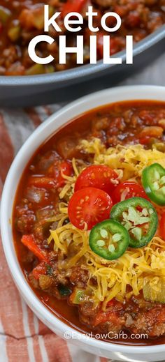 keto chili recipe is the perfect comfort food for the football season! It is healthy and comes out so flavorful every time! This keto chili recipe is the perfect comfort food for the football season! It is healthy and comes out so flavorful every time! Chilli Recipes, Beef Recipes, Cooking Recipes, Cooking Chili, Vegetarian Chili Easy, Veggie Chili, Low Carb Chili Recipe, Healthy Low Carb Recipes, Stuffed Peppers