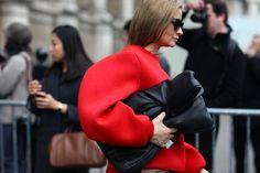 Oversized RED Top from Maison Martin Margiela. Look Fashion, Daily Fashion, Fashion News, Fashion Outfits, French Fashion, High Fashion, Fashion Gone Rouge, Thing 1, Couture Fashion