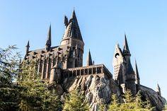 """Universal Studios yapımı Harry Potter serisi ile alakalı """"Harry Potter'ın Sihirbazlık Dünyası"""" tema parkı diğer şehirlerden sonra Universal Stüdyoları Hollywood tema parkına geliyor. Amerika Birleşik Devletleri Kaliforniya eyaletinin kalbi Hollywood'da yer alan stüdyonun tema parkında birçok film, çizgi film ve karakterler ile ilgili eğlenceli etkinlikler ve roller coasterlar bulunuyor. #Maximiles"""