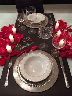 39 Valentine Decoration Ideas to Adding Romance In - San Valentino Idee Romantic Dinner Tables, Romantic Table Setting, Romantic Dinners, Elegant Table, Date Dinner, Dinner For Two, Dinner Sets, Romantic Surprise, Romantic Gifts