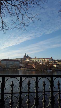 Praga - República Tcheca: Nada como sentar em um dos bancos na beira do Rio Moldava e observar o Castelo de Praga lá no alto.