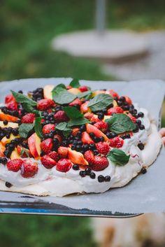 Kesäpavlova (GF) – Viimeistä murua myöten Caprese Salad, Camembert Cheese, Strawberry, Dairy, Fruit, Recipes, Food Ideas, Recipies, Strawberry Fruit
