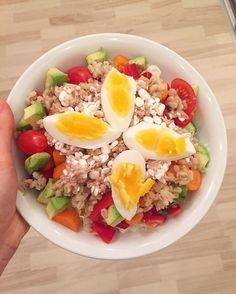 WEBSTA @ brittkruses - Aftensmad 😋. Salat med perlespelt, hytte/tun, æg og avocado 👌🏻