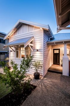 A 1940s Cottage Renovation in Maylands - House Nerd Cottage Exterior, Exterior House Colors, Exterior Design, Cafe Exterior, Bungalow Exterior, Cottage Design, House Design, Weatherboard House, Queenslander