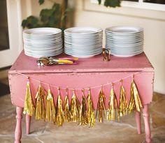Buffet ou table orné d'une guirlande de glands faits en papier crépon, de soie, métallisé... - tutoriel