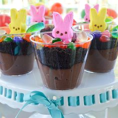 The perfect Easter treat for children (and children at heart): Peep Bunny Dirt Cups! Get the recipe: Could make a healthy pudding base Easter Deserts, Easter Snacks, Easter Brunch, Easter Treats, Easter Recipes, Easter Food, Easter Dirt Cake Recipe, Easter Dinner Menu Ideas, Easter Dinner Ideas