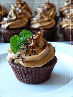 Brownie cupcakes s malinovým krémem Brownie Cupcakes, Cheesecake Cupcakes, Brownie Bites, Cheesecake Brownies, Cupcake Cakes, Cap Cake, Mini Cheesecakes, No Cook Desserts, Food And Drink