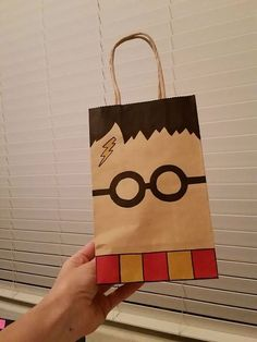 """Harry Potter Harry Potter Goodie Bag Más - For my post today, I will be showing you some of the fun paper projects I've done. The first are """"shopping packages."""" I scoured the internet looking for logos of shops in Diagon A… Harry Potter Halloween, Harry Potter Diy, Natal Do Harry Potter, Cadeau Harry Potter, Objet Harry Potter, Harry Potter Bricolage, Harry Potter Fiesta, Harry Potter Classroom, Theme Harry Potter"""