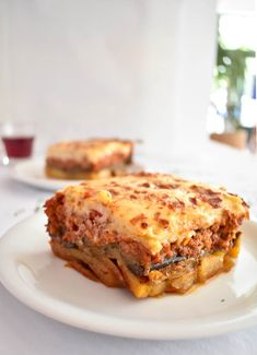 BEST Recipe For Greek Moussaka - Real Greek Recipes - Layers of fried potatoes, eggplant, spiced ground beef sauce and delicious cream. Cheap Clean Eating, Clean Eating Snacks, Moussaka Recipe Greek, Moussaka Recipe Potato, Greek Recipes, Italian Recipes, Lebanese Recipes, Eggplant Moussaka, Mousaka Recipe