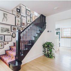 Best Carpet Runners For Stairs Black Stair Railing, Black Staircase, Staircase Runner, Stair Runners, Black Painted Stairs, Landing Decor, Painted Staircases, Hallway Designs, Beige Carpet