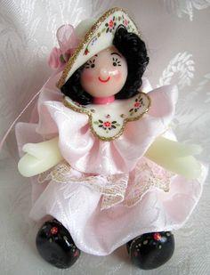 Bambolina in pasta di mais con vestito rosa chiaro di Piccoli Capricci di Mara su DaWanda.com