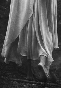 Amor mío, obedéceme: ven despacio, así, lento, sereno y persuasivo: Sé dueño de mi alma, cuando en todo momento mi alma vive en tu piel. Vive despacio, amor, y déjame beber, muerto de ansia, dolorido y ardiente, el dulce vino, el vino de tu joven imperio, dueño mío.