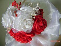 Buquê de rosas Brancas e vermelhas  - composto por 11 rosas  - Pistilos e arcos em perólas com cristais  - Rosas com 6 cm tecido cetim e organza de cristal  base com tecido organza de cristal com pontos de luz  30 cm x 25 cm  cabo forrado com fita de organza e pontos de strass    ENTRE EM CONTATO...