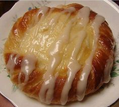 Ingredients : 2 cans of crescent rolls. 1 (8 oz) package of cream cheese at room temperature. ½ cup of white sugar. 1 tsp of lemon juice. ¾ tsp of vanilla. 1 tsp of sour