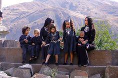 Kourtney, Kim and kids taking photos Estilo Kardashian, Kim Kardashian And Kanye, Kardashian Family, Kardashian Jenner, Jenner Kids, Jenner Family, Kim And Kourtney, Kendall And Kylie, Kanye West Kids