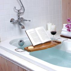 Este #suporte feito de bambu é perfeito para tornar o banho um momento especial. Inspire-se e #relaxe durante horas na #banheira com um #livro e uma taça de vinho? #ficaadica #criatividade