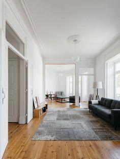 Filigrane Wandverzierungen, Stuck und Parkettboden: In Lissabon verliehen Aurora Arquitectos einer 200 Quadratmeter großen Altbauwohnung einen zeitgenössischen Schliff. (Foto: do mal o menos)