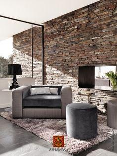 Mur de pierre brun et mobilier gris