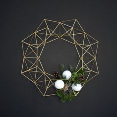 This beautiful Himmeli Wreath is original to the HRUSKAA collection. Inspired from the traditional Finnish himmeli mobile, it casts a beautiful geometric(Diy Ornaments Modern) Noel Christmas, Winter Christmas, Christmas Wreaths, Christmas Crafts, Christmas Decorations, Xmas, Christmas Makeup, Minimalist Christmas, Minimalist Kitchen