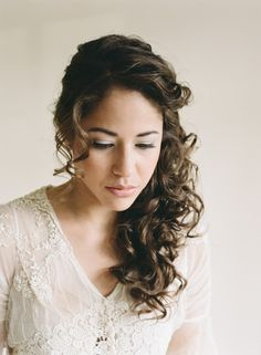 From tight curls to loose waves, these brides own their natural hair with these gorgeous wedding hairstyles.