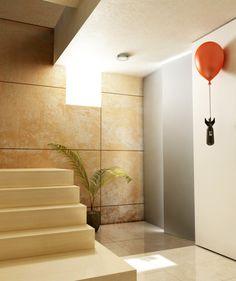 O cabideiro Hiroshima, desenhado pelos designers Mehmet Erdi Özgürlük e Anıl Ercan, é um tributo a paz. O balão vermelho, símbolo da inocência e pureza infantis, segura uma bomba atômica e deixa-a suspensa no ar para que nunca mais volte a tocar o chão.