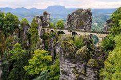 Sachsische Schweiz National Park, Alemanha: este parque está situado na região da Saxônia, próximo à cidade de Dresden, e cobre uma área de quase 100 quilômetros quadrados. Seu terreno é acidentado, formado por montanhas tomadas por fissuras e cânions rochosos. Por esta razão, oferece diferentes habitats e zonas de microclima.   Shutterstock