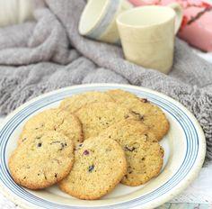 Havrekjeks med tranebær, havremel og havregryn er deilige og sprø, og lett å lage. De smaker kjempegodt til kaffen eller som turmat. Cookies, Desserts, Food, Baking Soda, Crack Crackers, Tailgate Desserts, Biscuits, Meal, Cookie Recipes