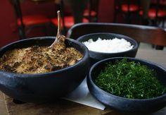 Cassoulet do Rouge Bar à Vin, que vem com carré de cordeiro e é gratinado com farofa de bacon (Foto: Divulgação)
