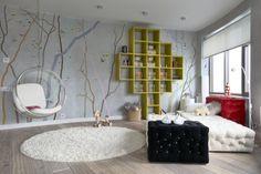 déco chambre adulte avec papier peint et étagères couleur jaune
