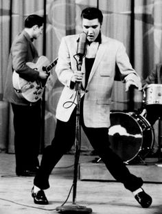 ELVIS SINGING HOUND DOG IN 1956
