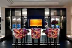 Cocktail bar covered in faceted mirror panels by Hill House Interiors. Behind the bar, a plasma screen adds a further touch of glamour Versailles, London Living Room, Room London, Home Bar Areas, Home Pub, Home Bar Designs, Modern Mansion, House On A Hill, Glamour