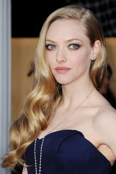 Amanda Seyfried wore her hair in retro-inspired side-swept curls, paired with metallic smoky eyes.