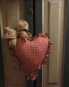 PRIMITIVE COUNTRY HOMESPUN VALENTINE RAG HEART CUPBOARD /HANGER BURLAP BOW
