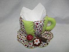 Xícara de chá confeccionada em tecido 100% algodão, decorada com doces e biscoitos feitos à mão. Fica linda decorando a mesa para lanche, podendo ser usada como porta-guardanapos, com saquinhos de chá, biscoitinhos, torradinhas, bombons, etc.  Execução:Atelier da Ponte R$ 35,00