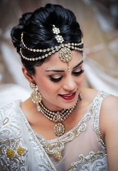 New Indian Bridal Accessories Head Pieces Headpieces 15 Ideas Indian Wedding Hairstyles, Bride Hairstyles, Matha Patti Hairstyles, Fashion Hairstyles, Chignon Bouffant, Bun Updo, Bun Hair, Style Indien, Indian Bridal Makeup