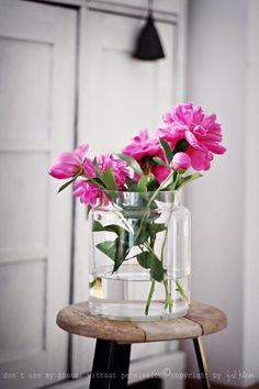 Fräulein Klein - my daily life: pompons, strawberries peonies My Flower, Fresh Flowers, Pink Flowers, Beautiful Flowers, Deco Floral, Arte Floral, Ikebana, Bouquet Champetre, Fleur Design