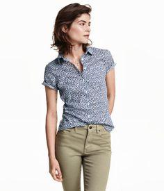 Muotoonommeltu lyhythihainen paita ilmavaa puuvillakangasta. Kapea taitekaulus ja yksi rintatasku.
