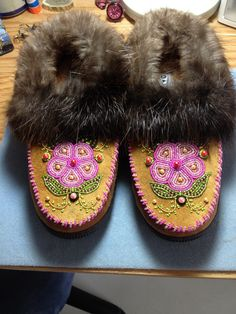 Beaded Slippers with Beaver Fur by Alaska Beadwork Beaded Shoes, Beaded Moccasins, Leather Moccasins, Native Beadwork, Native American Beadwork, Seed Bead Patterns, Beading Patterns, Native American Dress, Beaded Lanyards