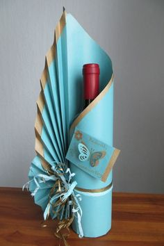 Wine Bottle Gift, Wine Bottle Crafts, Wine Bottle Wrapping, Wrapped Wine Bottles, Diy And Crafts, Paper Crafts, Gift Bags, Projects To Try, Wraps