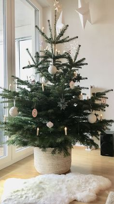 Learn how to decorate for Christmas like a minimalist with these modern and simple Christmas decorating ideas! Add these scandinavian style christmas decor ideas to your minimalist christmas decorations this year for a cozy touch. Traditional Christmas Tree, Small Christmas Trees, Christmas Mood, Noel Christmas, Simple Christmas, Minimalist Christmas Tree, Scandinavian Christmas Trees, Black Christmas, Rustic Christmas